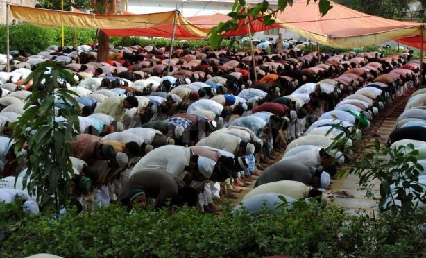1344001058-muslims-offering-jumma-prayer-in-jamia-ishaqia-masjid-mosque_1368653