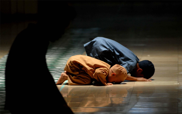 ramadan-2009-photo-of-two-muslim-boys-praying-in-manila